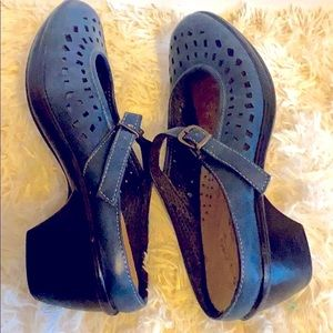 Easy Street blue leather sandals size 9